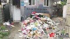 垃圾成堆何时了 居民盼望早解决地点:铁路北沿街208号北侧公厕门