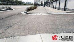 东京大道南北两侧非机动车道开口处路坎已被打磨成斜坡